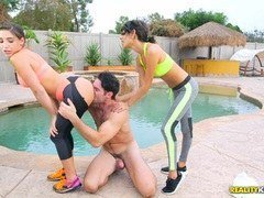 dos chicas con un hombre follando