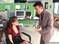 mujer abusada en la oficina