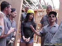 Sexo en la obra con una morena en shorts (12:00)