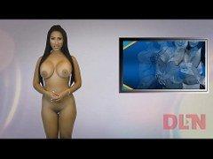 mujer desnudando la noticia