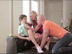 madre pilla a su hija follando con su padre