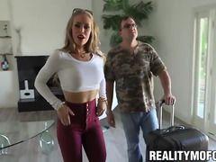 mujer caliente teniendo sexo delante de su esposo cornudo