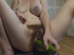 mujer masturbandose con un pepino