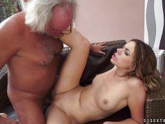 abuelo y nieta teniendo sexso