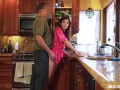porno arrimones de padre a hija en la cocina