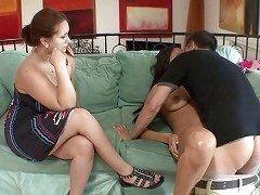 Mujeres cornudas miran a su marido cogiendo con una latina (07:00)