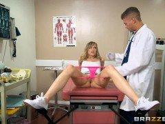 doctor follando con una jovencita en la consulta