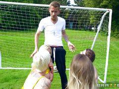 chicas cogidas jugando al futbol